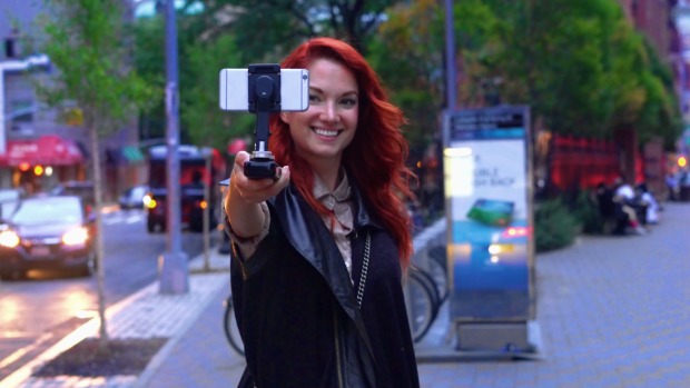 rwxbr1i3kzyzpdeaju72 - The SMOVE stabilizes and charges your phone for steady video shoots